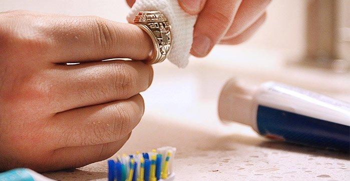 چگونه انگشتر طلا نگین دار و بدون نگین را تمیز کنیم؟